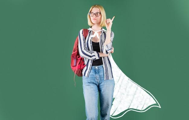 高校のコンセプト-コピースペース。黒板の背景にメガネで面白い学生。面白い女性