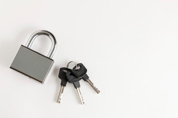 흰색 배경에 키 세트가 있는 높은 보안 폐쇄 은색 자물쇠