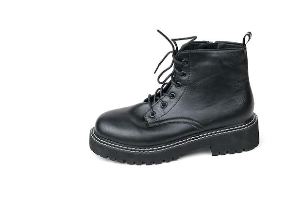 흰색 위에 절연 끈이있는 높은 밑창 가죽 부츠. 캐주얼 신발.