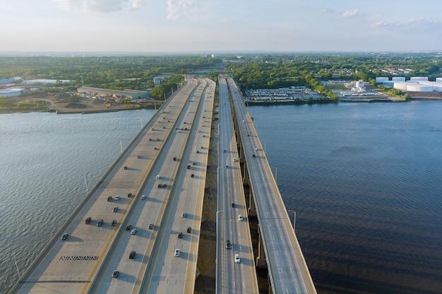 Скоростное шоссе, с проезжей частью, мост альфреда э. дрисколла через реку раритан.