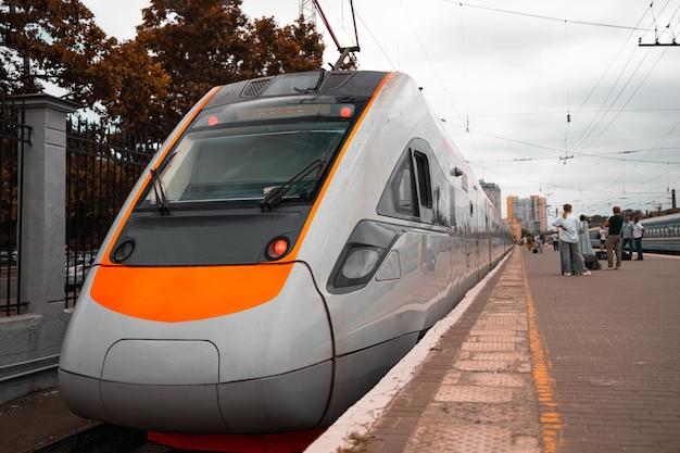 駅のオレンジ色の高速列車