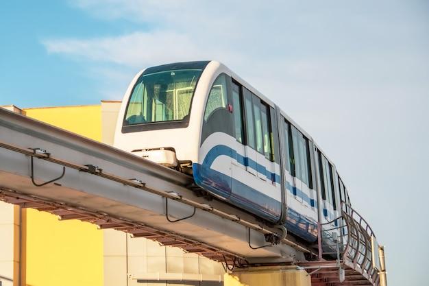 Скоростной поезд метро на мосту прибывает на станцию.
