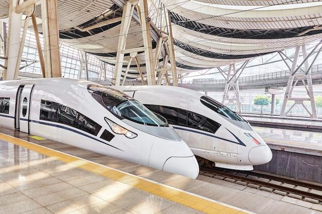 Скоростной поезд на вокзале пекина.