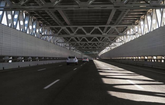 Скоростной тоннель. высокоскоростное городское шоссе в солнечном дне.