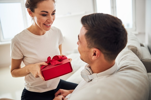 Резвая жена поздравляет мужа с днем рождения