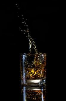 Высокий всплеск в стакан виски
