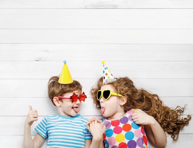 Высокий вид сверху со счастливыми детьми на карнавальной вечеринке.