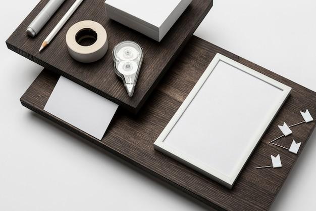 Accessori di alta vista su supporto moderno in legno