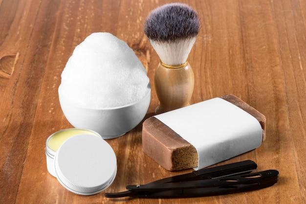 Инструменты парикмахерской с высоким видом и коричневое мыло