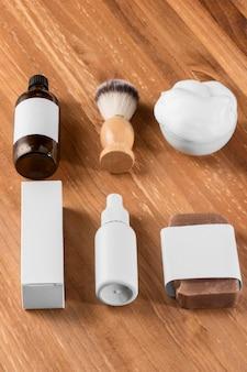 Инструменты парикмахерской высокого вида на деревянном столе