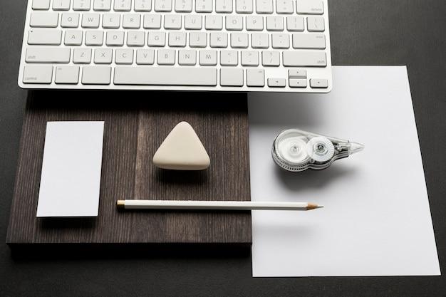 Пустые визитки и клавиатура ноутбука с высоким видом
