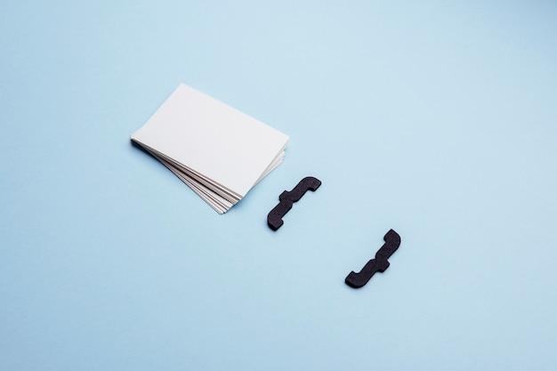 Визитные карточки высокого разрешения и фигурные скобки