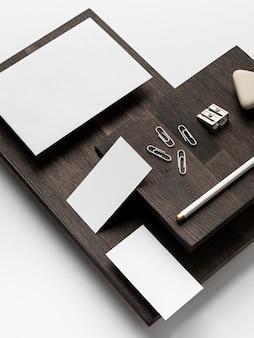 Визитная карточка с копией пространства с высоким видом на современный стол