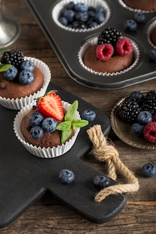 Alta vista deliziosi cupcakes con frutti di bosco