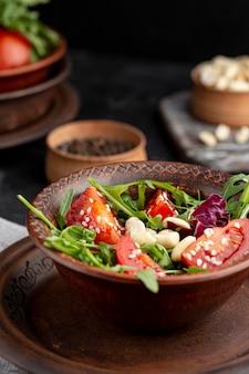 茶色のプレートに高いビューおいしいサラダ