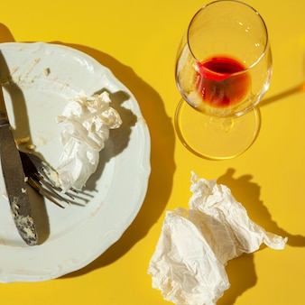높은보기 더러운 접시와 유리