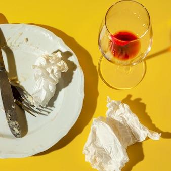 Piatto e vetro sporchi di alta vista