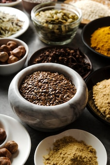 Polvere e semi dell'alimento di vista alta in ciotole