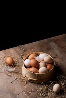 Высокий вид свежих куриных яиц