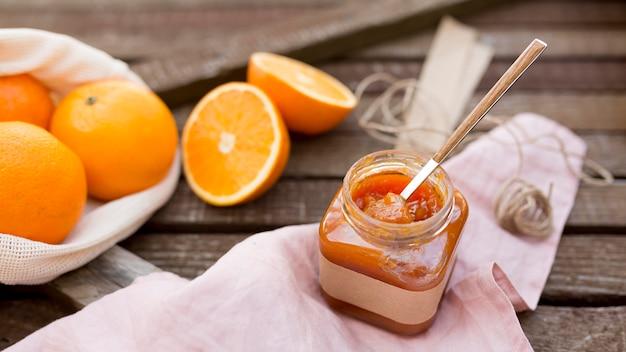 Высокий вид свежих фруктов и домашнего апельсинового джема