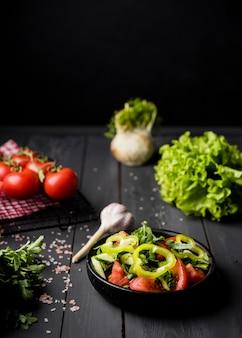 Высокий вид свежий салат в миске
