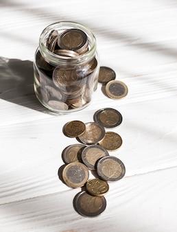 Высокий вид банку с монетами