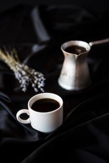 Высокий вид чайник с кофе и лавандой