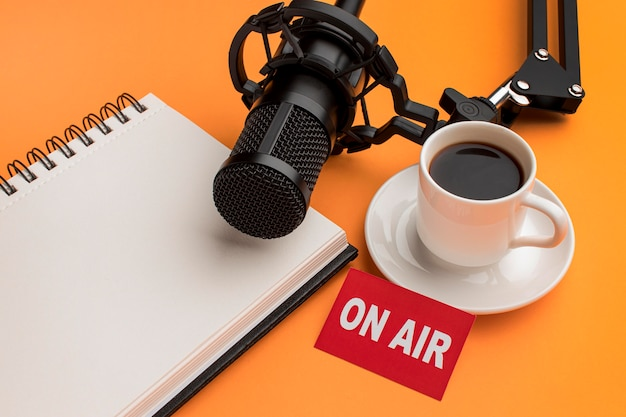 Mattina ad alta vista in streaming radio e caffè