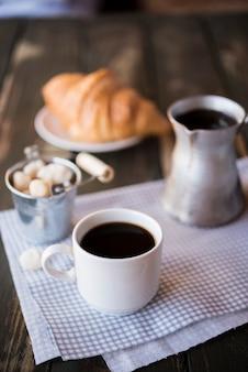 Высокий вид утренний кофе завтрак и круассан