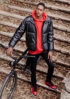 成人男性と彼の自転車の高いビュー