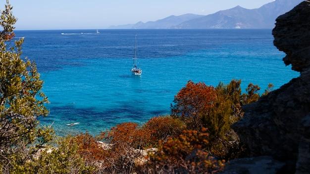 コルシカ島、フランス、山の海の背景の素晴らしい自然の高いビュー。