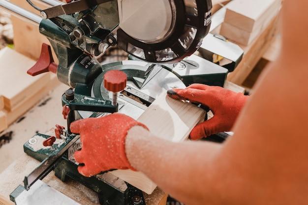 Persona di alta vista che lavora in falegnameria