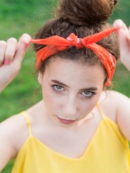 Высокий вид портрет молодой девушки в парке