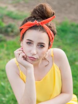 Высокий взгляд портрет молодой девушки на открытом воздухе