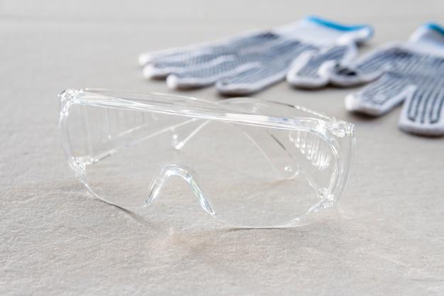 Occhiali di sicurezza e guanti da costruzione per alta visibilità