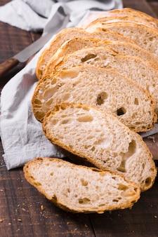 흰 빵과 부스러기의 높은 볼 조각
