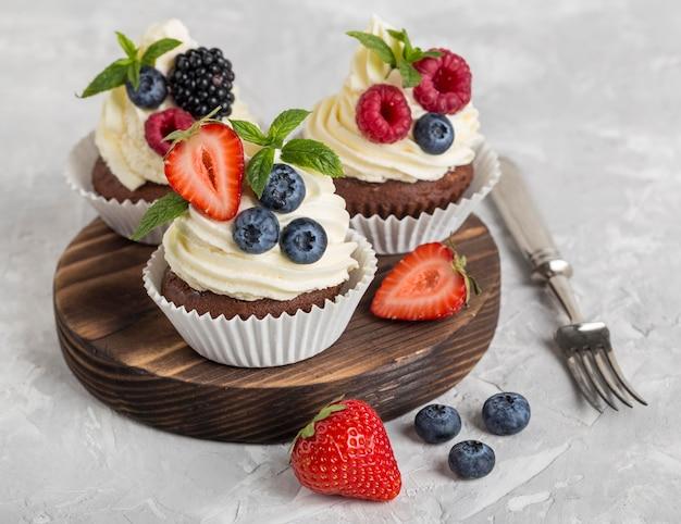 Высокий вид вкусный кекс и вилка