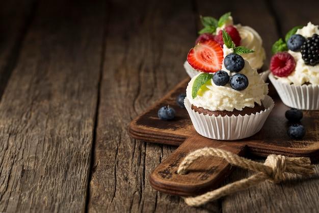 Копировать пространство вкусный кекс с высоким видом