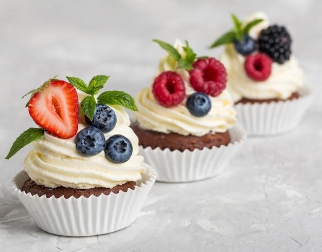 Gustoso cupcake ad alta vista con frutti di bosco e panna
