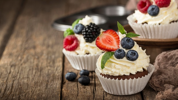 Cupcake gustoso di alta vista con panna montata