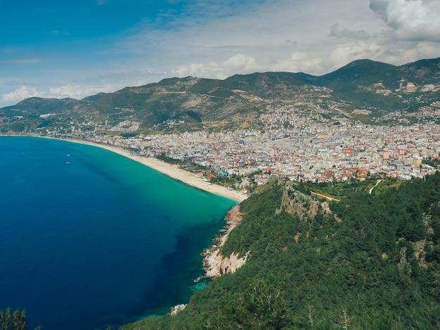 Высокий вид на побережье города аланьи