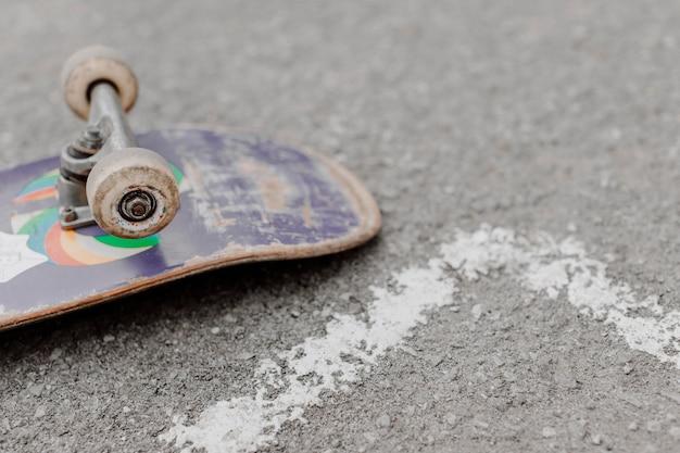 Skateboard capovolto ad alta vista