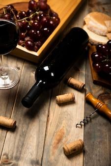 나무 테이블에 높은보기 와인 병