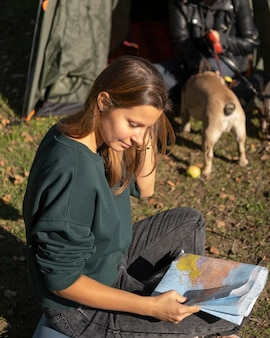 Женщина высокого взгляда, смотрящая на карту