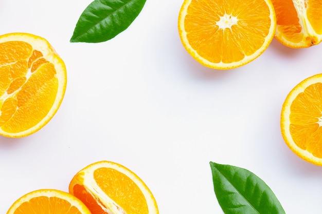 Высокое содержание витамина с, сочное и сладкое. рама из свежих апельсиновых фруктов на белом фоне.