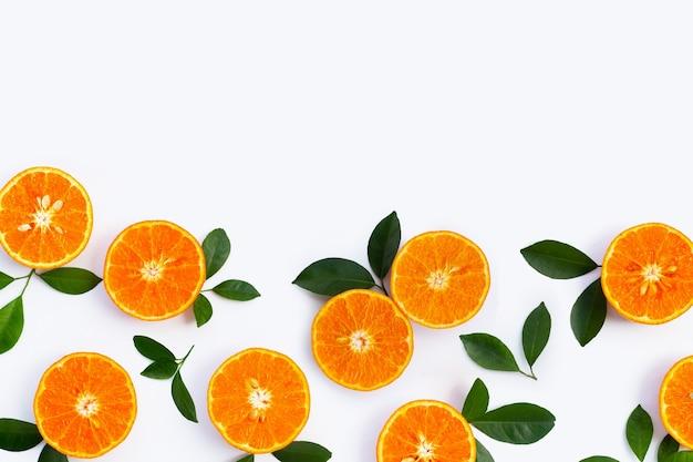 Высокое содержание витамина с, сочное и сладкое. свежие оранжевые фрукты на белом фоне.