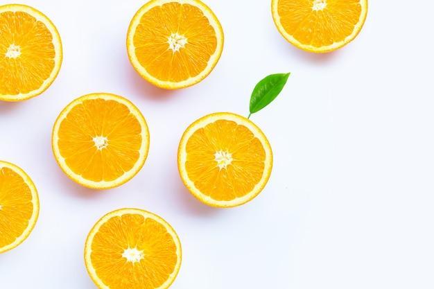 높은 비타민 c, 수분이 많고 달콤합니다. 흰색 바탕에 신선한 오렌지 과일입니다.