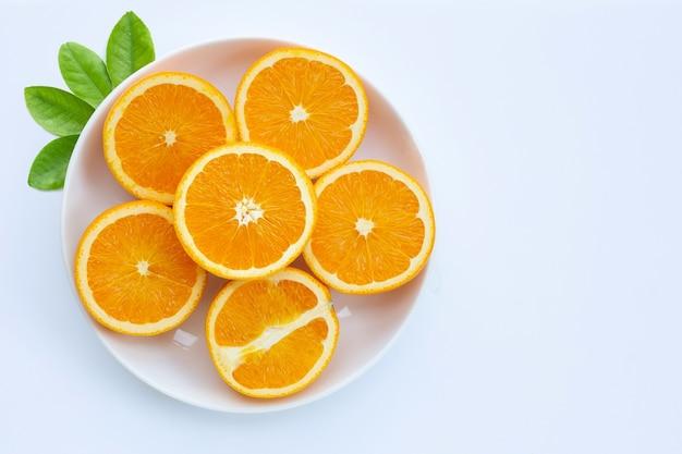 높은 비타민 c, 수분이 많고 달콤합니다. 흰색 표면에 신선한 오렌지 과일입니다.