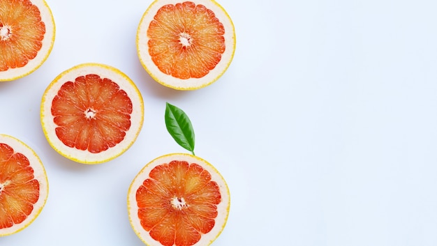 Высокое содержание витамина с. сочный грейпфрут на белом фоне.