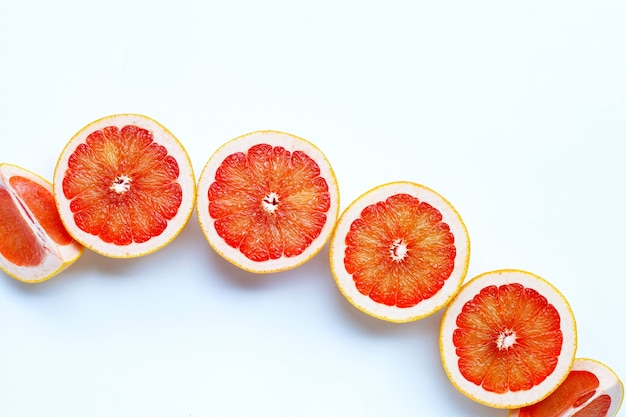 高ビタミンc。白い背景にジューシーなグレープフルーツ。
